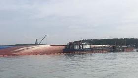 Vụ chìm tàu trên sông Lòng Tàu: Thông luồng tạm cho các tàu lớn đi qua