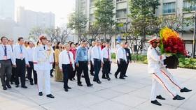 Đoàn đại biểu các dân tộc thiểu số TPHCM dâng hoa tưởng nhớ Chủ tịch Hồ Chí Minh
