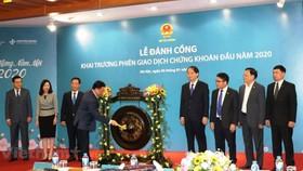 Lễ đánh cồng khai trương phiên giao dịch chứng khoán đầu năm 2020, ngày 2/1, tại HNX. Ảnh: PV/Vietnam+