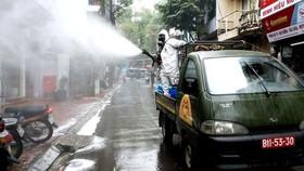 Hà Nội phun hóa chất khử khuẩn vệ sinh những khu phố có người mắc Covid-19