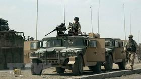 Binh sỹ Mỹ tuần tra tại tuyến đường dẫn tới căn cứ quân sự al-Taji ở phía Bắc thủ đô Baghdad, Iraq. Ảnh: TTXVN