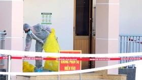 Nhân viên khu vực cách ly Bệnh viện Bệnh lý hô hấp cấp tính Củ Chi dọn dẹp vệ sinh để đảm bảo an toàn cách ly. Ảnh: DŨNG PHƯƠNG