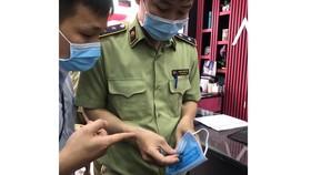 Lực lượng QLTT kiểm tra khẩu trang kháng khuẩn tại TPHCM. Ảnh: THI HỒNG