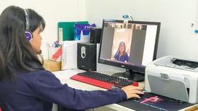 Em Hoàng Hà, học sinh lớp 5 Trường Tiểu học Hồng Ngọc - Ruby school quận Tân Phú đang học trực tuyến tại nhà. Ảnh: HUỲNH NGA