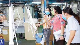 Đoàn kiểm tra của UBND quận 7 và Trung tâm Kiểm soát bệnh tật TPHCM kiểm tra việc thực hiện các yêu cầu phòng chống dịch Covid-19 tại Công ty TNHH Always (Khu chế xuất Tân Thuận, quận 7). Ảnh: THÁI PHƯƠNG