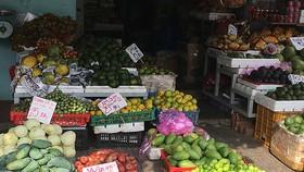 Nhiều mặt hàng kinh doanh tại chợ truyền thống đang ế ẩm