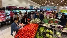 Thực phẩm thiết yếu bán dồi dào tại siêu thị. Ảnh: CAO THĂNG