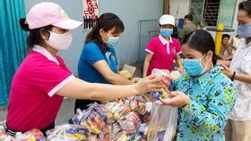 Công nhân, người lao động mua hàng thiết yếu với giá 0 đồng tại phiên chợ