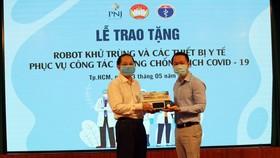 PNJ tặng robot, thiết bị y tế hỗ trợ công tác phòng chống dịch Covid-19