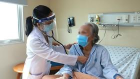 Bác sĩ Bệnh viện Đại học Y Dược TPHCM thăm khám cho bệnh nhân cao tuổi