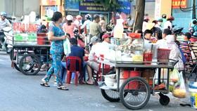 Buôn bán lấn chiếm lòng đường trên đường Lê Đại Hành, quận 11. Ảnh: CAO THĂNG