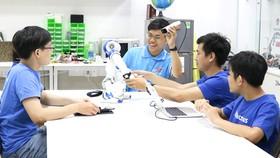 Hoàng Trung Hiếu cùng cộng sự nghiên cứu các công trình khoa học