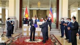 Ngài Leng Peng Long, Tổng Thư ký Quốc hội Vương quốc Campuchia trao thư cảm ơn của Chủ tịch Quốc hội Campuchia gửi Chủ tịch Quốc hội Việt Nam tại buổi trao quà phòng chống dịch Covid-19 của Việt Nam. Ảnh: Vũ Hùng/TTXVN