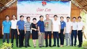Ông Lưu Hoàng Tân - Chủ tịch HĐTV kiêm Giám đốc Công ty TNHH MTV XSKT Đồng Tháp (người cầm hoa) cùng đi và giao lưu với đoàn công tác