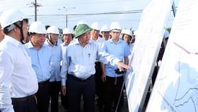 Thủ tướng Nguyễn Xuân Phúc xem bản đồ quy hoạch sử dụng đất khu dân cư tái định cư xã Lộc An - Bình Sơn, huyện Long Thành, tỉnh Đồng Nai. Ảnh: TTXVN