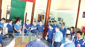 Tập thể CBCNV - người lao động Công ty TNHH MTV Xổ số Kiến thiết TPHCM viếng thăm và thắp hương tại Khu di tích Láng Le - Bàu Cò