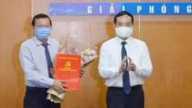 Phó Bí thư Thường trực Thành ủy TPHCM Trần Lưu Quang trao quyết định cho đồng chí Nguyễn Tấn Phong