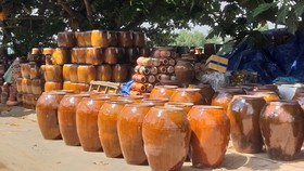 Đồ gốm được bày bán dọc phố Châu Văn Tiếp