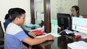 Người dân làm thủ tục hành chính ở phường Lái Thiêu, TP Thuận An