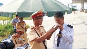 Kiểm tra nồng độ cồn trên cao tốc Hà Nội - Hải Phòng