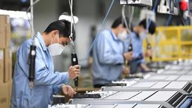 Công nhân sản xuất tại một phân xưởng của Trung Quốc. Ảnh minh họa: THX/TTXVN