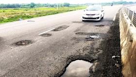 QL1A đoạn qua xã Cát Tân (huyện Phù Cát, Bình Định) vừa được khắc phục, nâng cấp lại bị hư hỏng nặng. Ảnh: NGỌC OAI
