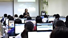 Giảng viên hướng dẫn sinh viên cách học trực tuyến. Ảnh minh họa