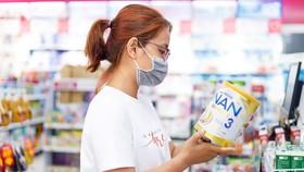 Người tiêu dùng chọn mua sữa tại Co.opmart