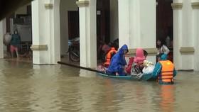 Lực lượng chức năng Hà Tĩnh đưa người dân đến vị trí an toàn
