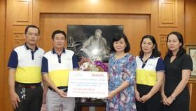 """Seaspimex ủng hộ chương trình """"Cùng chia sẻ người dân vùng lũ miền Trung"""" của báo SGGP 100 triệu đồng cùng 200kg xúc xích ăn liền"""