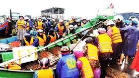 Từ đêm 18-10, lũ ồ ạt nhấn chìm hàng chục ngàn hộ dân ở huyện Lệ Thủy, ngư dân các làng biển Ngư Thủy (huyện Lệ Thủy, Quảng Bình) tự nguyện đưa hàng trăm thuyền đánh cá lên cứu đồng bào