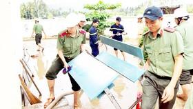 Công an tỉnh Phú Yên giúp người dân thị xã Sông Cầu khắc phục hậu quả bão số 12. Ảnh: XUÂN HUYÊN