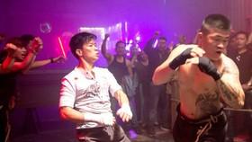 Trương Đình Hoàng và võ sư Peter Phạm trong phim Đỉnh mù sương