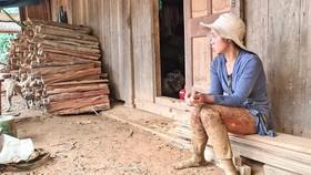 Chị Hồ Thị Giang (Phước Lộc) ngày nào cũng lội bùn tìm chồng rồi về căn nhà đổ nát thẫn thờ đợi tin chồng