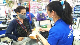 Khi mua sắm tại Co.opmart, khách hàng vừa được đổi quà vừa được tích điểm