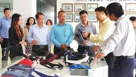 Tìm hiểu sản phẩm tại Công ty CP Công nghiệp hỗ trợ Minh Nguyên (Khu Công nghệ cao TPHCM), một doanh nghiệp do kiều bào tạo lập. Ảnh: VIỆT DŨNG