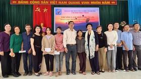 Tặng quà người dân biên giới Việt - Lào bị ảnh hưởng bão lũ