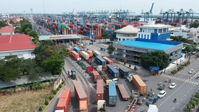 Xe container vào cảng Cát Lái (ảnh chụp ngày 25-11). Ảnh: CAO THĂNG