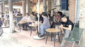 Nhiều bạn trẻ không đeo khẩu trang tại một quán cà phê. Ảnh minh họa
