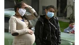 Phụ nữ mang thai đeo khẩu trang phòng lây nhiễm Covid-19. Ảnh minh họa: TTXVN