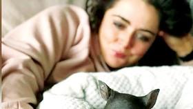 Emily Small bên một chú gấu túi con