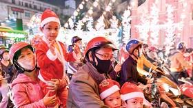 Người dân TPHCM đón Giáng sinh 2020. Ảnh: VIỆT DŨNG