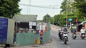 Lô cốt lấn gần hết đường Phạm Thế Hiển (quận 8, TPHCM)