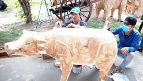 Nghệ nhân đang hoàn thiện các linh vật cho Đường hoa Tết Tân Sửu 2021. Ảnh: DŨNG PHƯƠNG
