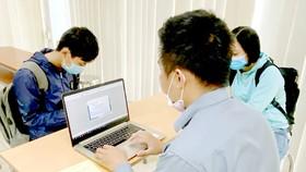 Doanh nghiệp khai hải quan điện tử tại Chi cục Hải quan cửa khẩu Cảng Sài Gòn khu vực 1. Ảnh: CAO THĂNG