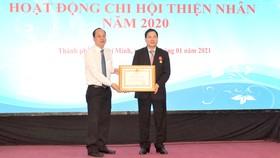 Thừa ủy quyền của Chủ tịch nước, Phó Bí thư Thành ủy TPHCM Nguyễn Hồ Hải trao Huân chương Lao động hạng ba cho ông Bùi Mạnh Hưng, nhà tài trợ Chi hội Thiện Nhân