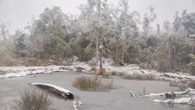 Hồ nước ở xã Y Tý (Bát Xát - Lào Cai) đóng băng trong ngày 11-1.  Ảnh minh họa: LÊ NGỌC HÂN
