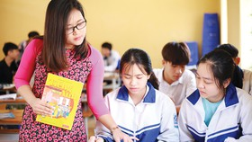 Ánh Phượng hướng dẫn học sinh
