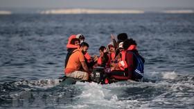 Người di cư bất hợp pháp di chuyển từ Pháp vào Anh. Ảnh minh họa: TTXVN