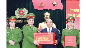 Thủ tướng Nguyễn Xuân Phúc chúc tết và tặng quà cán bộ, chiến sĩ Cục Cảnh sát hình sự. Ảnh: TTXVN